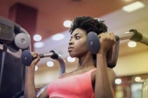 mulher fazendo exercicio na academia