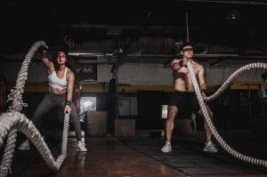 homem e mulher praticando crossfit
