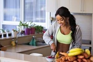 adulta tendo hábitos saudáveis