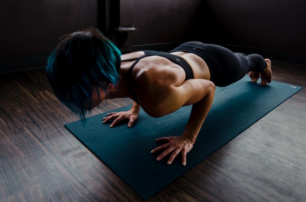 mulher fazendo treino funcional