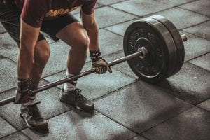 Pessoa se exercitando para ter os benefícios da musculação