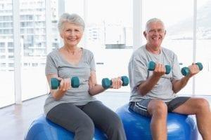 Idosos praticando exercícios físicos para o bem estar